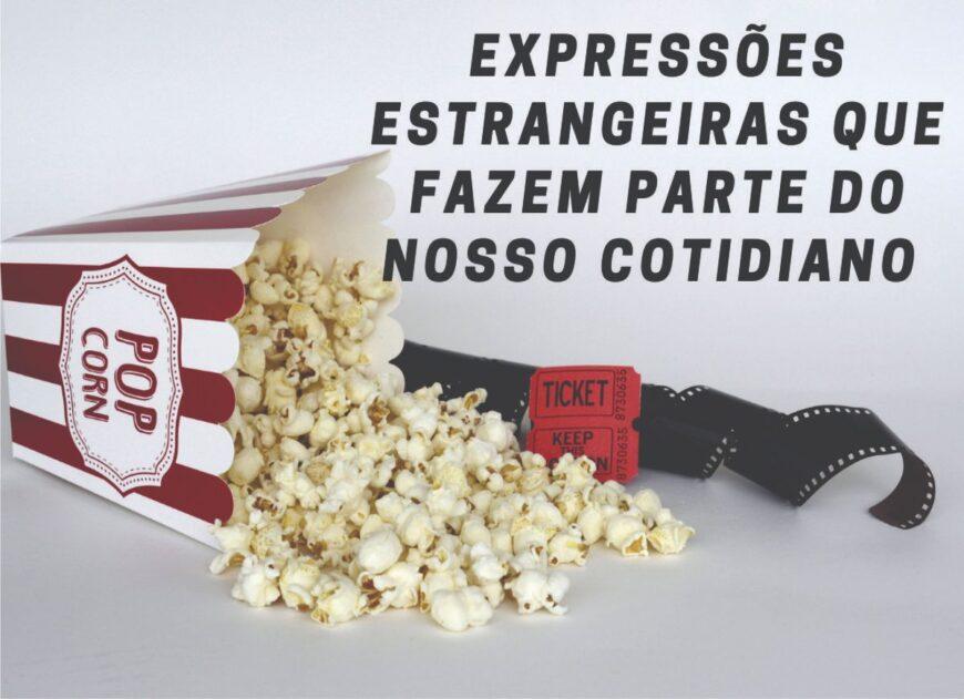 """na imagem tem uma saco de """"pop corn"""" deitado e do lado filmes antigos."""