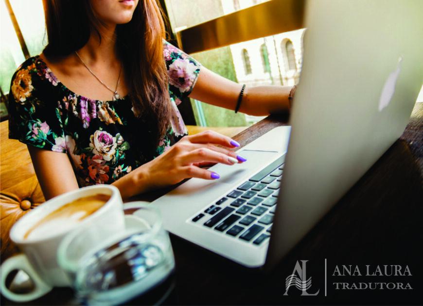 Sites para encontrar documentos e registros de descendência. (Na imagem tem uma mulher sentada, digitando em notebook apple e ao seu lado uma xícara de café.)