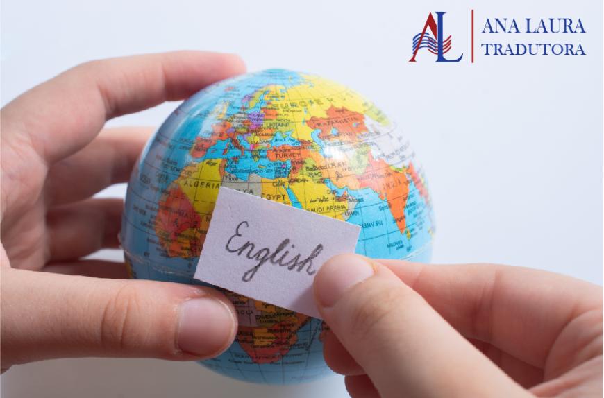 """Quais são os idiomas mais fáceis de se aprender? (Na imagem tem duas mãos segurando um pequeno globo mundial com uma plaquinha """"English"""")."""