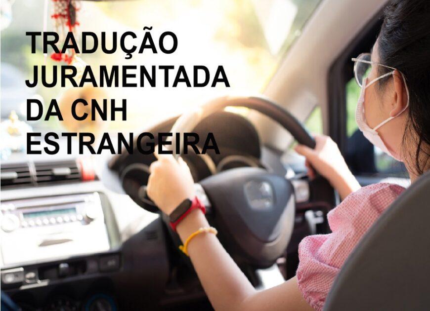 Tradução juramentada da CNH estrangeira (Na imagem tem uma mulher usando mascara com as mãos no volante de um carro).